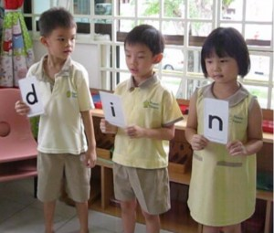 In this activity, the children are using the Live Reading strategy to blend the following word.